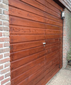 Perkoleum transparant op houten garagedeur Koopmansverfshop
